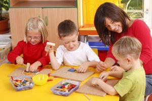 deti-igrayut-s-pedagogom
